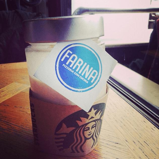 In pausa caffè in uno dei vari Starbucks